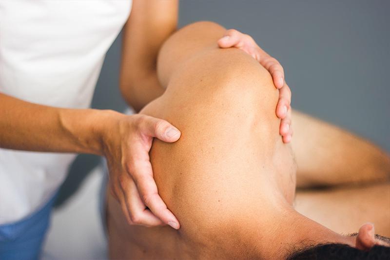 Pia Staab Osteopathie | Osteopathische Behandlung am Schulterblatt eines Mannes