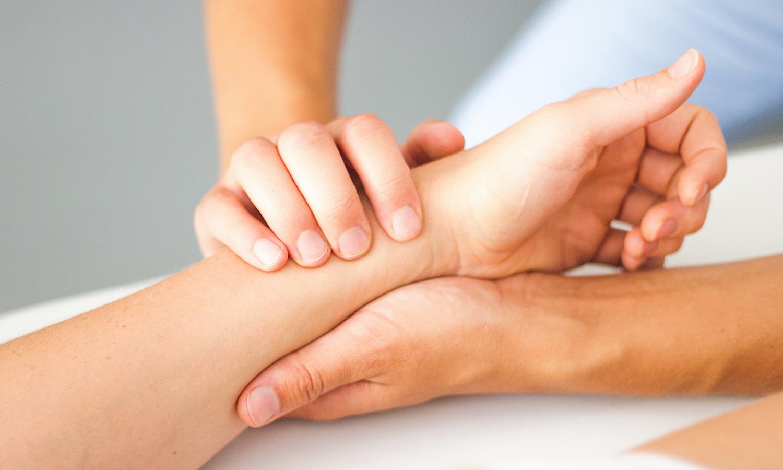 Pia Staab Osteopathie | Parietale Osteopathie Untersuchung des Handgelenks