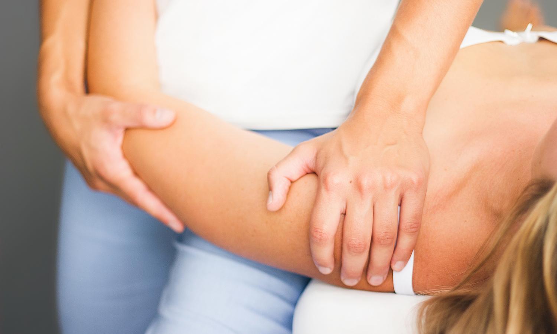 Pia Staab Osteopathie | Parietale osteopathische Mobilisation des Schultergelenks einer Frau