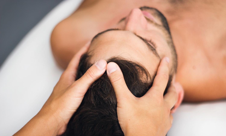 Pia Staab Osteopathie | Craniosacrale osteopathische Behandlung am Kopf eines Mannes
