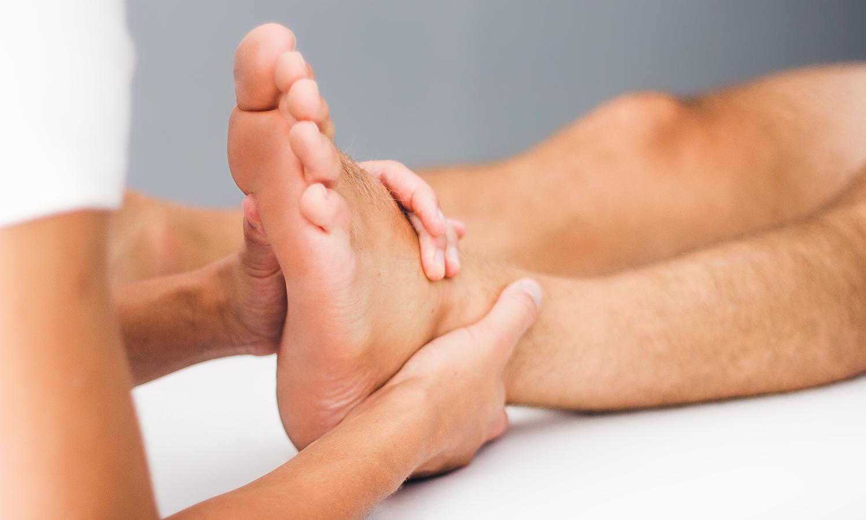 Pia Staab Osteopathie | Parietale osteopathische Behandlung am Fuß eines Mannes
