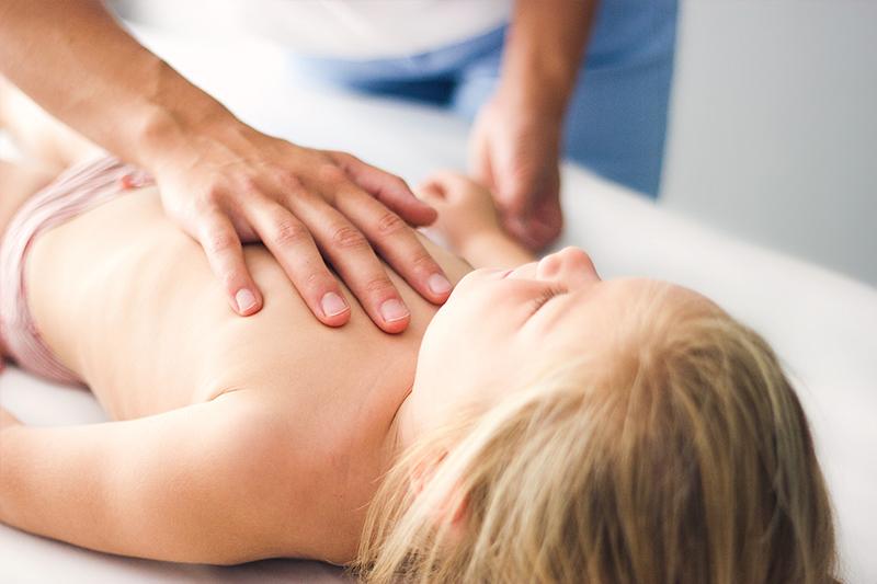 Pia Staab Osteopathie | Osteopathische Behandlung eines Kindes am Brustkorb