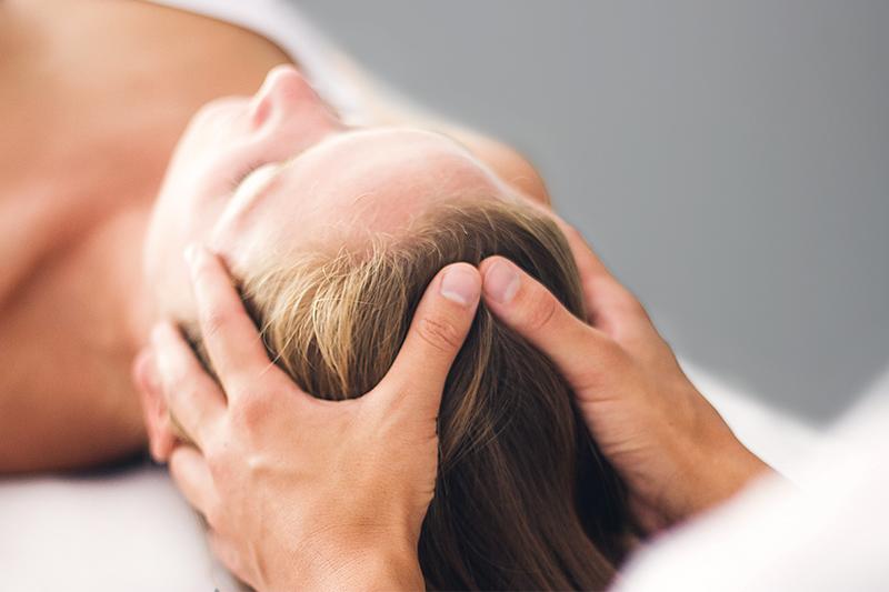 Pia Staab Osteopathie | Craniosacrale Osteopathie Behandlung am Kopf einer Frau