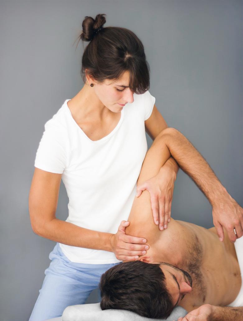 Pia Staab Osteopathie | Parietale Osteopathie am Schultergelenk eines Mannes