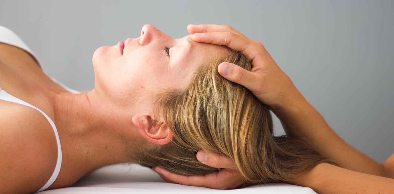 Pia Staab Osteopathie | Craniosacrale Osteopathie Behandlung des Kopfes einer Frau