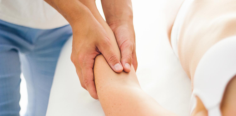 Pia Staab Osteopathie | Osteopathische Untersuchung des Ellenbogens einer Frau