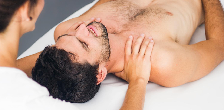 Pia Staab Osteopathie | Osteopathische Untersuchung des Schulterbereichs eines Mannes
